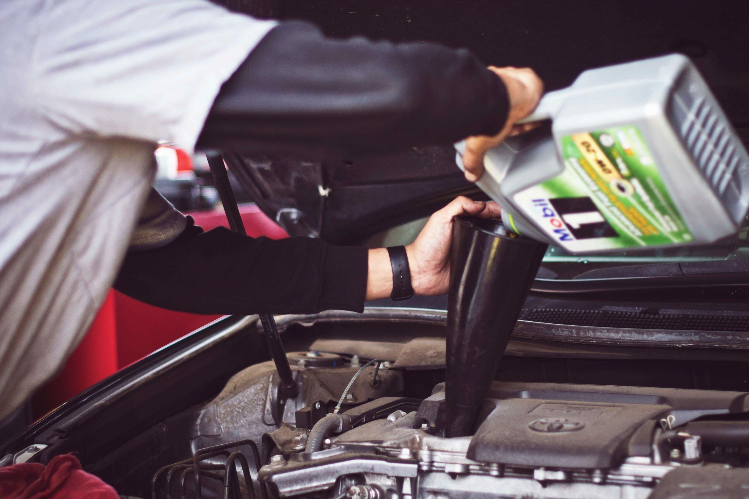 mechanic replacing the best motor oil